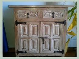 si el mueble es de formica pvc o aluminio en este caso existen pinturas especiales para superficies como la formica y la melanina que se aplica antes de